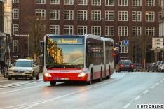 Frisch im Einsatz sind neue Capacity L-Fahrzeuge, welche bereits einige XXL-Busse abgelöst haben. Fahrzeug 4603 vor der Haltestelle U Stephansplatz