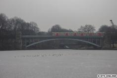 Die selbe Brücke, nun von der anderen Seite. Schneefall hat bei einigen Minusgraden wieder eingesetzt, sodass der DT3 weniger gut erkennbar ist. Okay, zugegebenermaßen: Der Abstand war auch um ein vielfaches größer...