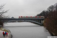 """Am 7. Januar sollte es dann ein wenig schneien. Nachdem es die Tage ziemlich kalt war, war der """"See"""" zugefroren und dann auch glücklicherweise mit ner weißen Schicht Schnee ganz dünn überzogen, Ein DT5 auf Brücke über den Kuhmühlenteich."""