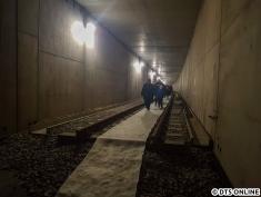 Das Gleis endet, hier erkennt man den Untergrund unter den Schienen ganz gut.