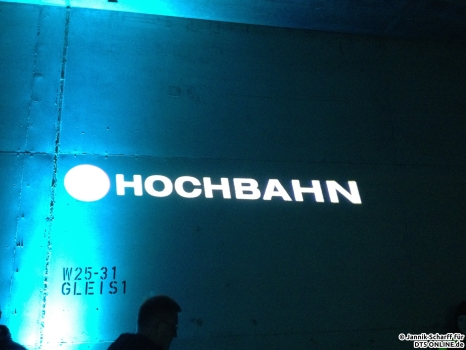 An die Wand geworfen: Der HOCHBAHN-Schriftzug...