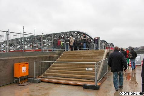 Treppe hoch zum Bahnsteig
