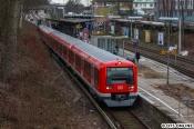 """Keine Probefahrt macht der 4013, welcher frisch umgebaut aus Neumünster zurückkam. Die Züge behalten ihr altes Infosystem und werden erst zu einem späteren Zeitpunkt in Hamburg damit nachgerüstet. Derzeit sind die Züge 4008, 4051 und 4111 mit dem """"FIS-Upgrade"""" ausgestattet. Im Einsatz sind diese noch nicht, da die neue Software noch erprobt und Fehler noch behoben werden müssen."""