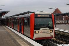 """Am selben Tag wollte dann der DT3 810 mit dem Ziel """"U2 Niendorf Markt"""" fotografiert werden, wie zu guten alten Zeiten... Bis auf, dass der Zug auf dem falschen Gleis stünde..."""