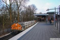 Am Mittwochmorgen in Ohlsdorf: Eine Akkulok mit vier mit Schwellen beladenen Loren