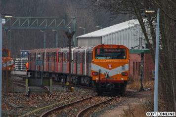 Danach wurde der Zug weitergeschoben. Man sieht dem 856 (hier der linke Zugteil) seine anderthalbjährige Standzeit, größtenteils im Tunnel, deutlich an. Der erst kürzlich aus dem laufenden Betrieb genommene 835 sieht dagegen ziemlich sauber aus.