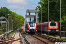 Am Donnerstag dann die kleine Überraschung: Trotz Feiertag drehte der Zug seine Runden. Geschichte wiederholt sich, vom Airport kommend ging es wieder über das Gegengleis nach Ohlsdorf - ähnlich entstand im Februar meine Aufnahme der drei S-Bahn-Baureihen 472, 474 und 490. Nur sollte an dem Tag keine S11 einsetzen ;)