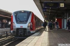 Am Abend des 15. Mai (leider bei absolutem Gegenlicht) im Bahnhof Barmbek. Als der 490 anfuhr kam dann auch ein DT5 eingefahren, leider wurde die Begegnung fürs Erste verpasst.