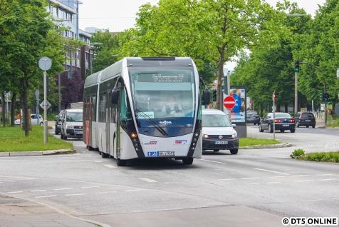 Der Bus nimmt ab Trabrennbahn Bahrenfeld Fahrgäste auf