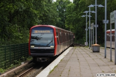 Einige Zeit später dann der selbe Zug in Fuhlsbüttel Nord. In den letzten zwei Wochen nahmen die DT5-Einsätze auf der U1 deutlich zu.