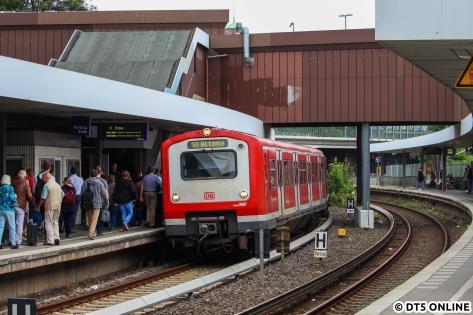 """472 042 nimmt massig Fahrgäste aus der gegenüber stehenden, nicht fotografierten S1 auf. Grund war ein Rettungswageneinsatz am Zug, aufgrund des zusätzlichen Gleises konnte einfach an der """"Störung"""" vorbeigefahren werden."""