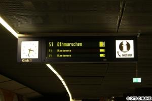 """Am Jungfernstieg hielt ich diese ungeplant verkürzte S1 auf der Anzeige fest - wobei jeden Morgen während der ersten """"Bauphase"""" eine S1 tatsächlich bis Othmarschen fuhr."""