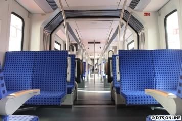Der Durchgang von unten. Viele Sitze sind inzwischen wie im DT5 freigelegt. Am Wagendurchgang befindet sich eine, von Einigen als zu eng empfundene, Sitzgruppe mit zwei Plätzen. Die Rückenlehnen empfand ich als bequem, der Sitzkomfort an sich was die Härte angeht geht tendenziell Richtung ET 474.