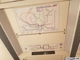 Während die Hochbahn und die S-Bahn-Berlin in den Neufahrzeugen auf Netzpläne und Perlschnüre an der Decke verzichtet, wird man sie weiter im ET 490 finden.