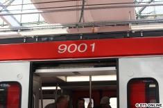 Ein Fehler hat sich eingeschlichen: Der Triebzug 9002 wurde beidseitig mit der Nummer 9001 beklebt. Aber: Wo Menschen sind, passieren auch mal Fehler...