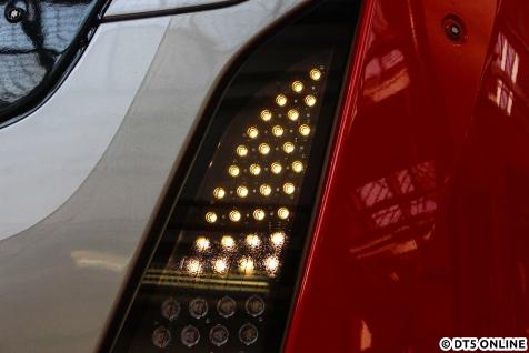 Das Spitzenlicht im Detail. Gut zu erkennen sind zwischen den weißen LED auch die roten LED für die Schlussbeleuchtung. Darunter liegen die Fernscheinwerfer.