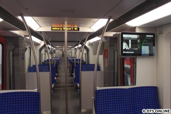 Noch einmal ein Innenraumfoto mit Beleuchtung, Fahrgastfernsehen und Haltestellenanzeige.
