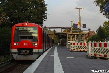 Aufgrund der Bauarbeiten hat der Zug einige Minuten Standzeit in Kornweg, da der Gegenzug abgewartet werden muss. Im Hintergrund ist die Behelfsbrücke gut zu erkennen.