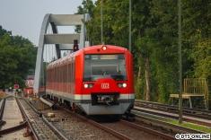 Die Flughafen-S-Bahn kommt mit einer Fahrt im Gegengleis in Ohlsdorf an