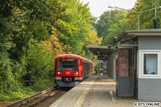 Mit ein wenig Tele quer über den Bahnsteig: 4042 bei Ankunft in Hochkamp. Erste herbstliche Akzente sind schon zu erkennen.