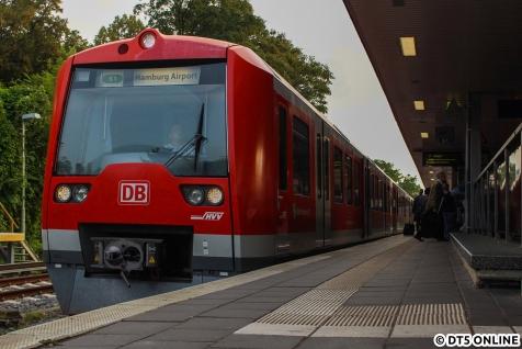 Ortswechsel: Die S1 zum Flughafen fuhr in Ohlsdorf vom Regelgleis, allerdings versetzt zum Regelfahrplan ab.