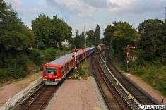 4100 erreicht aus Wedel kommend den Bahnhof Blankenese.