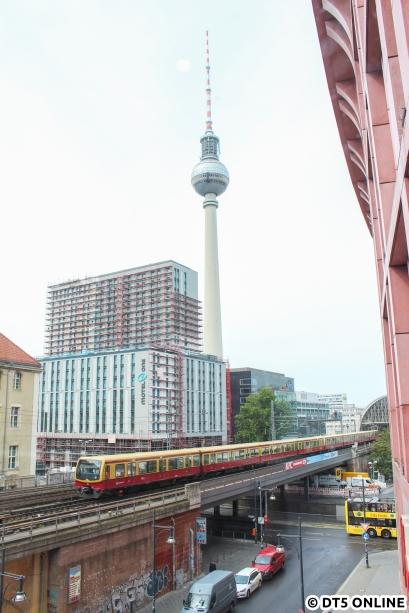 Berlin, jetzt aber in Originalgröße: Eine S-Bahn am Alexanderplatz