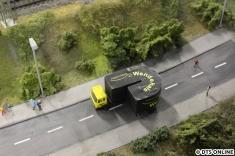 An einem Anlagenende wendet dieser LKW...