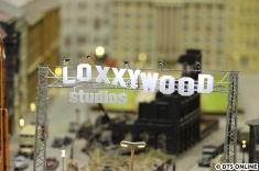 Im Loxx gibt es auch die Loxxywood-Studios, eine kleine Filmkulisse, mit Häusern aus Pappe - ihm wahrsten Sinne
