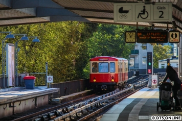 """Beim Warten auf den TU-Zug """"überraschte"""" mich der Hanseat, einmal durch die gesamte Bahnsteighalle durchfotografiert."""
