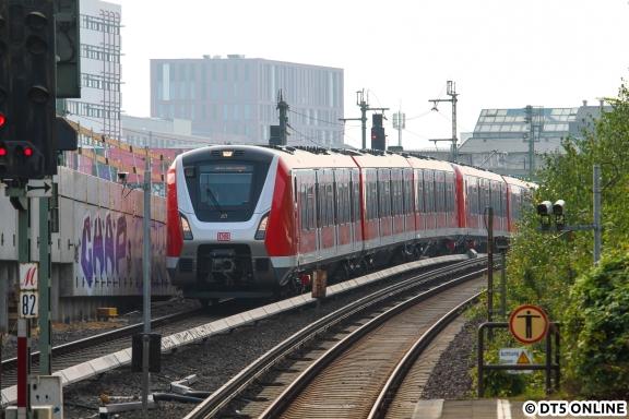 """Anschließend ging es zum Bahnhof zurück. Kurz vorm Entschluss, wieder nach Hause zu fahren sprang die Anzeige auf """"Nicht einsteigen"""" und der BR 490-Vollzug kam Richtung Ohlsdorf eingefahren."""