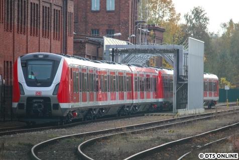Am Samstag standen die Einheiten 9103 und 9002 noch bei Bombardier in Hennigsdorf auf dem Anschlussgleis, wie dieses Zaunfoto zeigt. Die Überführung war eigentlich schon für letzte Woche angesetzt und musste sturmschadenbedingt verschoben werden, so konnte ich das Gespann am vergangenen Wochenende noch zufällig sehen.