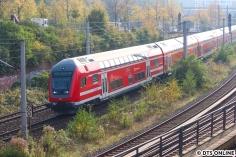 """Zusätzlich kam diese Dresdener """"S-Bahn"""" an der Spitze eines RE80 nach Lübeck vorbei, es handelt sich um einen Doppelstockwagen des Typs DBpbzfa 766. Mindestens ein weiterer dieser Steuerwagen ist derzeit hier im Hamburger Raum auf der Lübecker Bahn unterwegs."""