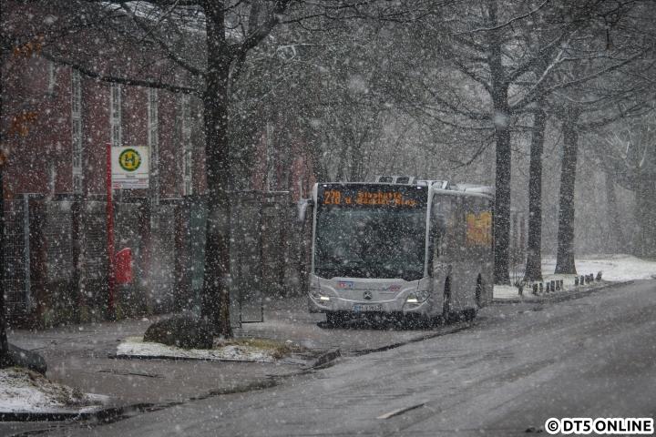 Am 30. Januar kam so einiges an Schnee herunter. Mit ein wenig Tele erwischte ich VHH 1613 bei seiner Pause an der Haltestelle Valvo (HH-Langenhorn) der Linie 278, welche vom Hans-Böckler-Ring über Ochsenzoll und Garstedt nach Norderstedt Mitte führt. Diese Fahrt vom Hans-Böckler-Ring läutet den 20min-Takt am Nachmittag ein... Zum Start also mal ein etwas regionaleres Foto ;)