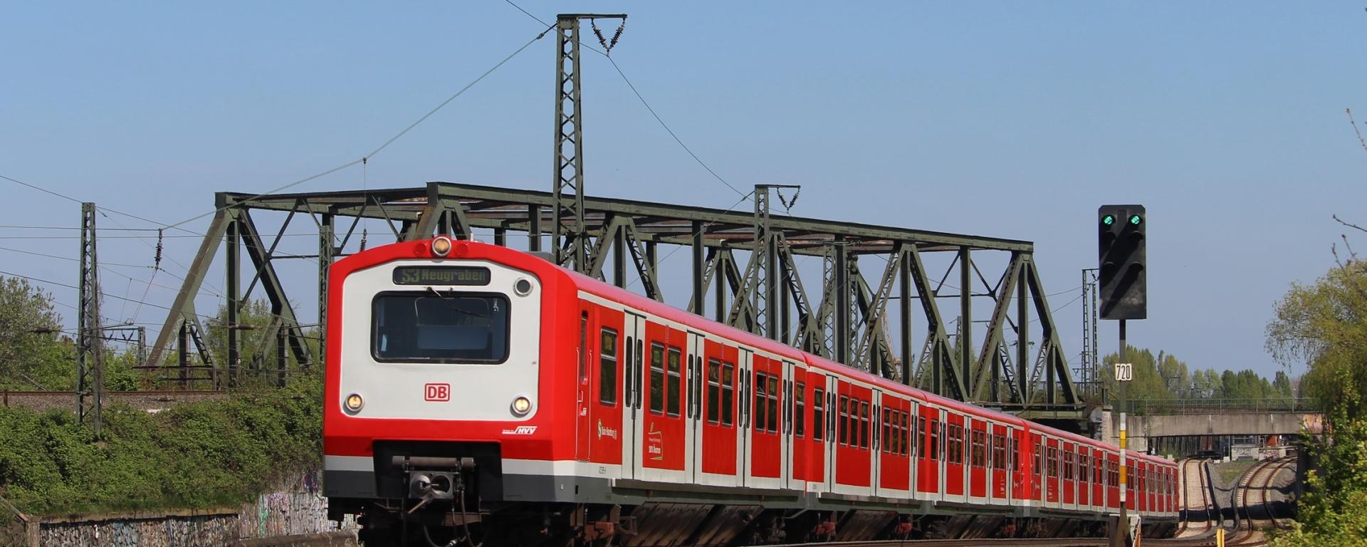 Am 7. Mai gab es passend zur Stadtrundfahrt des Vereins Historische S-Bahn Hamburg e.V. perfektes Fotowetter. Ich fuhr dem Traditionszug voraus und aufgrund eines sehr großzügigen Zeitpuffers erwischte ich durch Zufall auch diesen Vollzug der BR 472/473 bei der Ausfahrt aus der Station Veddel. Auf der Linie S31 kommen 472 ja derzeit häufiger mal vor, auf der S3 hingegen nicht.