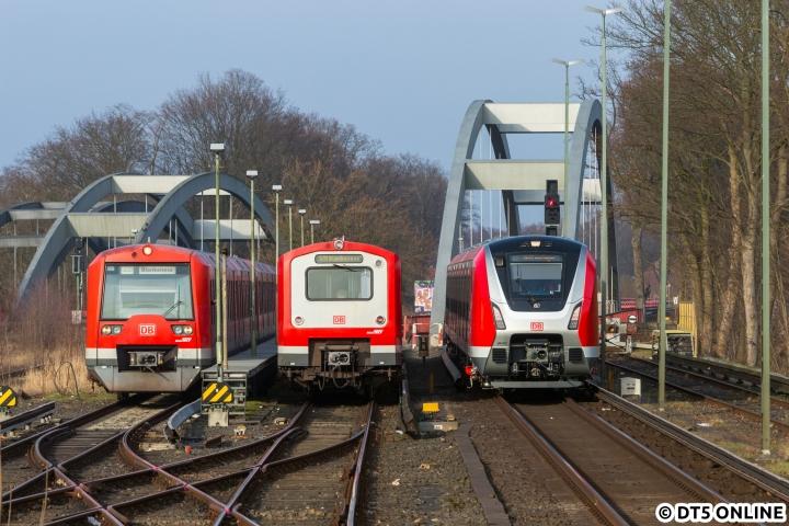 Am 16. Februar sollte einfach alles passen. Das inzwischen an vielen Stellen aufgetauchte Bild der drei S-Bahn-Generationen in Ohlsdorf entstand dabei aber eigentlich ganz unerwartet. Während alle Fotografen unten am Flughafen warteten, fuhr ich mit der S1 vorweg. Sie wurde bei der Einfahrt zwangsgebremst, aus dem Werk gesellte sich der 472 038 in die Kehre dazu. Etwas überraschend kam der 490-Probezug dann im Gegengleis angefahren, was diese Fahrzeugparade wohl noch ungewöhnlicher macht… Insgesamt sehen wir hier den 474 017 (mit einem weiteren), 472 038 und 490 002.