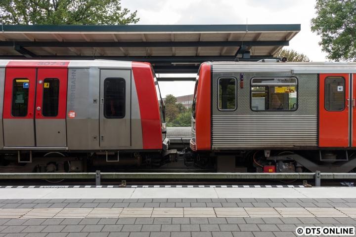 """Schiebezug bei der U-Bahn – ein Bild, welches nicht alltäglich ist. Das ist wohl auch gut so, dennoch muss das Fahrpersonal für den Fall der Fälle geschult sein. DT5 und DT3 lassen sich nur mittels Hilfskupplung kuppeln, welche hier auch zu sehen ist. Kurze Zeit fuhr der Zug in Richtung Kehre Saarlandstraße los. Am 22. September bestand dieser """"Lehr-Schiebezug"""" aus DT5 307 und DT3 910."""