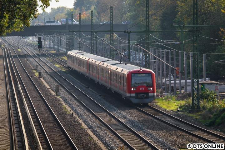 """Eigentlich wartete ich den Nachmittag über auf den Vollzug der Baureihe 490, welcher aus Hennigsdorf kommen sollte, doch leider wurde hieraus nichts. Vorher konnte dieser 474-Vollzug am 16. Oktober auf der Güterumgehungsbahn, mit Einheit 4109 an der Spitze, abgelichtet werden. Aufgrund von Bauarbeiten hatte die Wechselstrom-S3 keinen Anschluss an das Restnetz, sodass Überführungsfahrten wie inzwischen """"gewohnt"""" über die Fernbahngleise und die GUB stattfanden. Nach einiger Zeit kam die blaue Köf aus dem S-Bahn-Werk und holte den ersten Kurzzug ab, der 490-Vollzug wurde nicht aufgetrennt."""