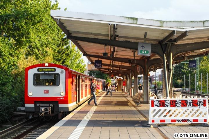 """Baustellen eignen sich bekanntlich für ungewohnte Betriebsweisen, und das machte ich mir auch in diesem Fall zunutze. Aufgrund der Stationsmodernisierung Altona fuhr die S11 als S1 durch den Tunnel, sodass im """"frisch sanierten"""" Haltepunkt Alte Wöhr mal wieder sich die Möglichkeit ergab, einen 472-Kurzzug (472 014) am 15. September als """"S1"""" nach Poppenbüttel, also wie in alten Zeiten, festzuhalten. Schon kurze Zeit später wurde die Behelfsbrücke zurückgebaut, welche gut ein Jahr lang in Benutzung war. Inzwischen ist dieses Fotomotiv auch durch Werbe- und Sichtschutzwände (pardon, Lärmschutzwände) nicht mehr wiederholbar."""