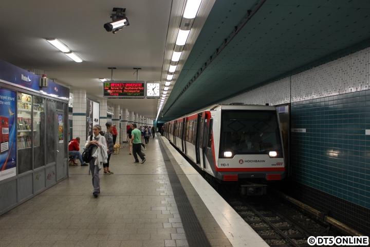 Bauarbeiten mit einem DT5-Pendelzug zwischen Horner Rennbahn und Billstedt führten dazu, dass die 5min-Zwischenzüge am Bahnhof Hammer Kirche endeten. DT4 110 vollzieht am 11. Juni gerade die Wende in der Station Hammer Kirche und fährt gleich über den Gleiswechsel ins Regelgleis in Richtung HafenCity Universität...
