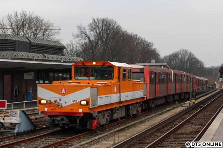 """Nachdem gestern schon ein Foto vom 1. März gezeigt wurde, folgt heute ein Bild vom eigentlichen Anlass des Ausflugs. Am 1. März brachte die Akkulok 013 den zu dem Zeitpunkt schon über anderthalb Jahre abgestellten DT3 856 (sowie 835) zum Lagerplatz in Ohlsdorf. Für die beiden DT3 ging es nach Hennigsdorf zur Ertüchtigung. Die lange Abstellzeit konnte man dem Zug auch ansehen, am 2. November kam er """"wie neu"""" zurück nach Hamburg. 835 weilt unterdessen noch bei FWM."""