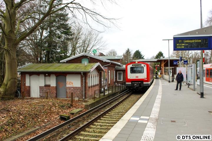 """In den Frühjahrsferien war der Citytunnel gesperrt und die S1 in zwei Abschnitte geteilt worden. Die S1 fuhr zwischen Wedel und Landungsbrücken und die Züge vom Flughafen (nach Poppenbüttel bestand ebenfalls Ersatzverkehr) fuhren als S11 bis Altona. Während der Sperrung kamen auf der S11 einige 472-Vollzüge zum Einsatz, am 17. März dann auch auf der S1-West. So kam 472 009 nach Sülldorf, wo diese Züge seit über einem Jahrzehnt eigentlich nicht mehr zu sehen sind. Da er Airport/Poppenbüttel und Landungsbrücken nicht schildern kann, steht """"S1 Hamburg Airport"""" angeschrieben."""