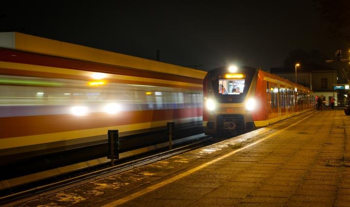 An diesem Samstag präsentiere ich erneut ein Foto der neuen S-Bahn-Generation. Auf einer abendlichen Testfahrt begegnet 490 103 am 14. November einem 474 im S3-Endbahnhof Pinneberg. Der Fahrgastbetrieb soll aktuellen Planungen zufolge wohl im April 2018 starten, Änderungen vorbehalten.