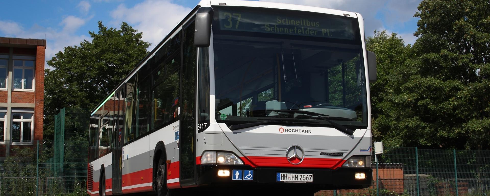 """Am 6. August machte der HOV eine Fotosonderfahrt im Mesterkamper Bedienungsgebiet. Davon war auch ein Rundgang über den Betriebshof Mesterkamp, welcher durch den im Bau befindlichen Betriebshof Gleisdreieck (zwischen U1, S1 und GUB) ersetzt wird. Zum Abschluss des Rundgangs wurden neben einem aktuellen Citaro C2 und Solaris Urbino 12 auch ein """"guter alter"""" 64er-Schnellbus fotogen vorgefahren. Der hier abgebildete Wagen 6417 wurde im Mai 2005 zugelassen und wurde vorige Woche aus dem Betrieb genommen, nach zwölfeinhalb Jahren... Die 64er-Schnellbusse werden derzeit durch zwanzig 67er (Citaro C2 LE) ersetzt."""