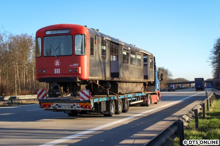 In Anlehnung eines Bildes des Jahres 2016 (DT2 auf der BAB 1) entstand ein ähnliches Bild auch in diesem Jahr. Die DT3-LZB gehörten zum ersten Verschrottungslos, welches Ende März / Anfang April nach Lübeck abtransportiert wurden. Hier passiert DT3-LZB-Wagen 921-1 auf seiner letzten Fahrt am 27. März die Raststätte Buddikate... Inzwischen sind 18 der 68 letzten DT3 verschrottet und 15 weitere betriebsunfähig abgestellt.