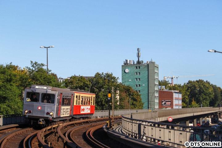 Am 8. Oktober fand bei tollem Wetter der Verkehrshistorische Tag statt. Die U-Bahnen fuhren in diesem Jahr zwischen Ohlstedt und St. Pauli (Hanseat und TU), während Wagen 220 allein auf dem Ring fuhr. Bei strahlendem Sonnenschein fährt der sonst recht selten eingesetzte TU2 8862 in die Haltestelle Dehnhaide ein.