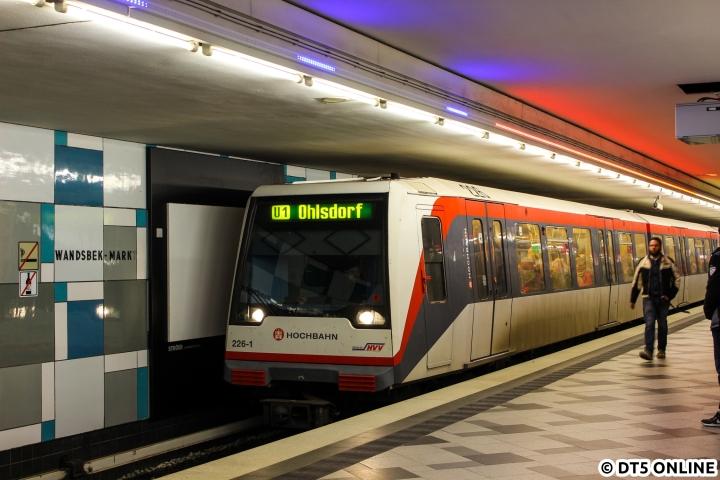 """Im November testete die Hochbahn in einem Live-Versuch eine sogenannte (Sitz-)Platzampel auf der Haltestelle Wandsbek Markt. Meiner Meinung nach hat gerade die Kurzzug-Anzeige einen echten Mehrwert, da viele die Angabe """"Kurzzug"""" nicht lesen oder verstehen - wie oft sieht man Fahrgäste zum Zug (oder ihm hinterher) rennen... Der Füllgrad jeden Wagens wurde an der Station Straßburger Straße von Hochbahn-Personal geschätzt und dann nach Wandsbek Markt weitergeben. Mittels eines Tabletts erfolgte dann die Steuerung der LED-Streifen an der Decke. Der Haltebereich wurde vorher (bis alle Daten eingegeben sind) blau angezeigt, bei Kurzzügen wandern kleine blaue Streifen zum Zughalt. Auch wenn ich persönlich eher keine Zukunft für die Sitzplatzampel sehe, wäre eine solche Kurzzuganzeige doch ein echter Mehrwert. Das Betriebsleitsystem weiß ja, welcher Zugytp mit welcher Länge kommt...  Am 23. November steht DT4 226 in Wandsbek-Markt, der erste Wagen war offenbar schon gut gefüllt."""