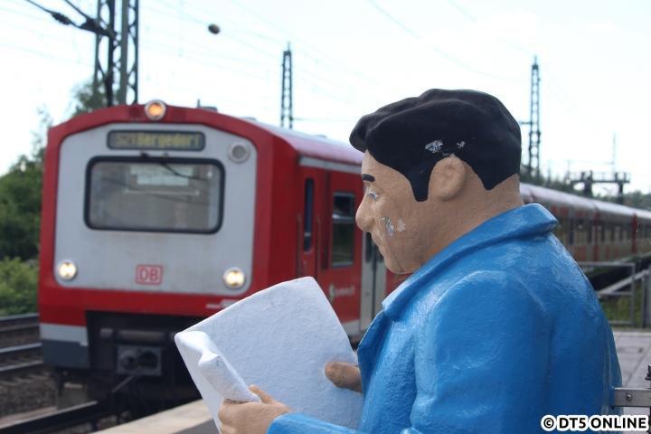 Das letzte Kapitel der Aktion Bild des Jahres ermöglicht einen Perspektivwechsel: Auf der S-Bahn-Station Allermöhe stehen mehrere Figuren, die wartende Fahrgäste darstellen sollen. Einem dieser Fahrgäste sah ich am 5. Juni beim Lesen einer leeren Seite über die Schulter, während im Hintergrund ein Vollzug der Baureihe 472/473 in die Station einfährt.