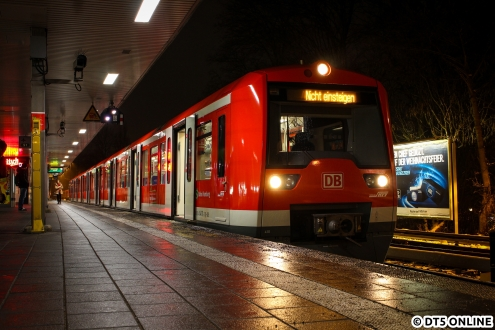 """Einheit 4111 beim Aussetzen in Ohlsdorf, hier bestand die Möglichkeit für ein """"richtiges Foto"""". Wo denn nun """"Nicht einsteigen"""" liegt, konnte ich leider nicht in Erfahrung bringen :("""