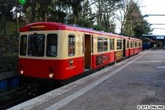 Zurück am Bahnsteig - hier gibt es dann wieder eine Außenaufnahme vom Zug in Ochsenzoll.